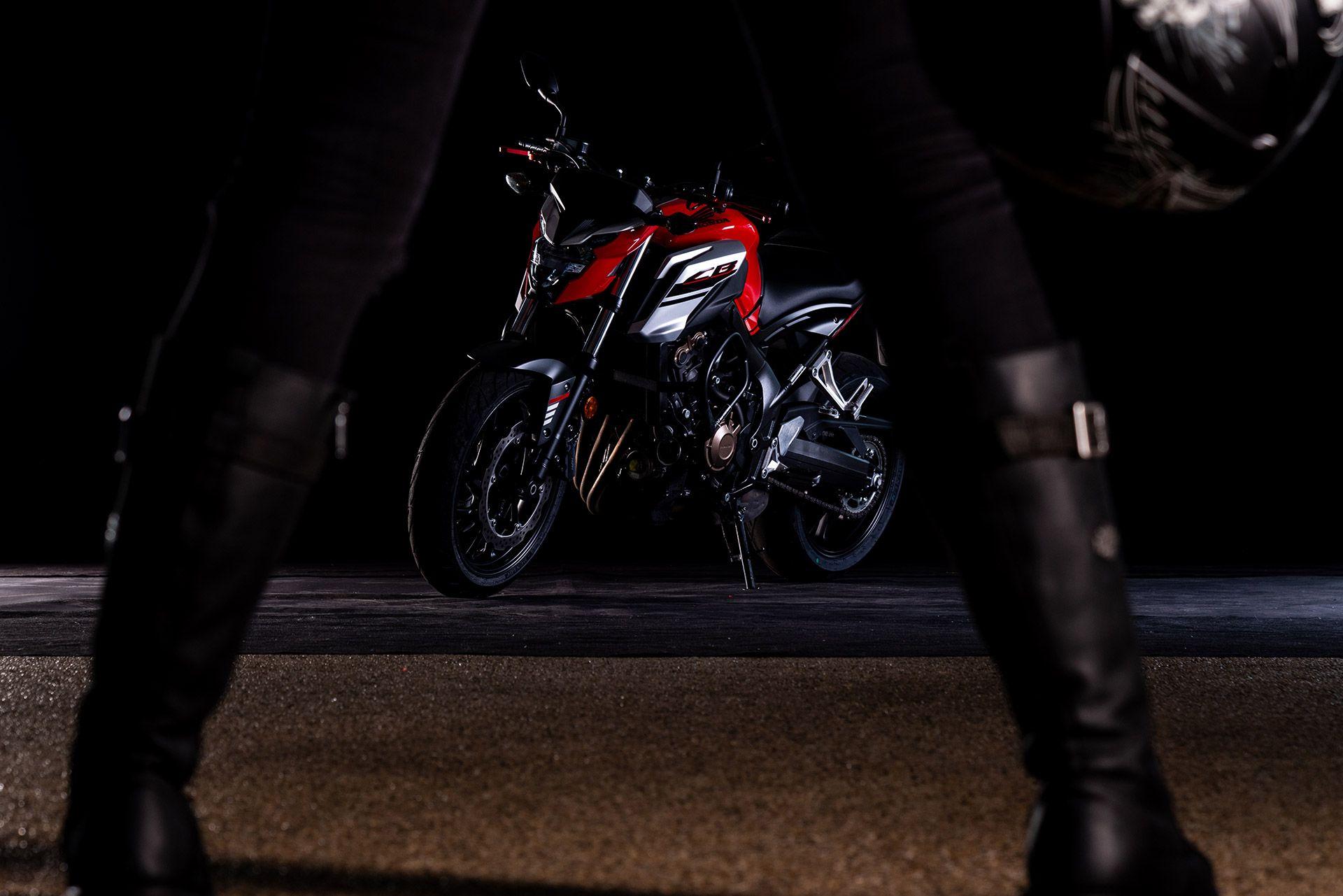 Fahrschule Berlin allroad Motorrad Honda CB650F mit Frauenbeinen