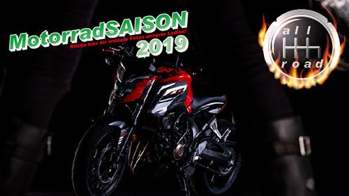 Fahrschule aktuell - Motorrad Honda Cb650F mit Frauenbeinen im Vordergrund